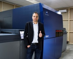 Thumbs-up for KM-1 - Arndt Eschenlohr in front of the UV digital sheet-fed press that has been installed at PLS Print Logistic Services, Germany